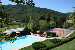 Swimming pool and tennis court at Casale Aiola, Tuscany