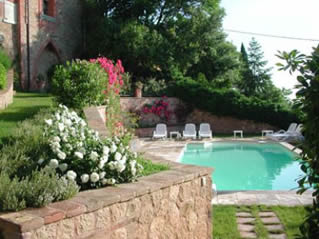 Fonte del Castagno, 3 apts with pool within walking distance of Sinalunga