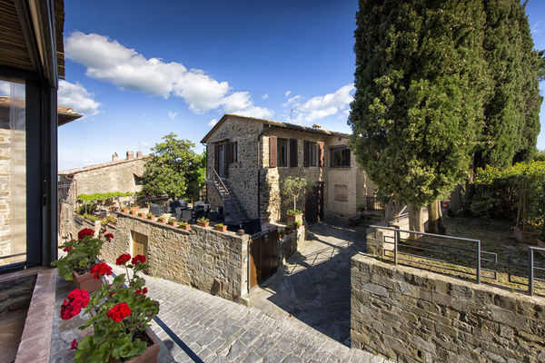 Villa Piazza della Fortezza, sleeps 6, private pool, in centre of Montalcino