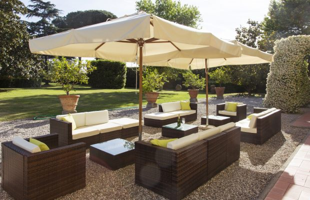 Outdoor lounge villa ravano pisa