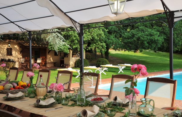 Villa Lungomonte: dining by the pool