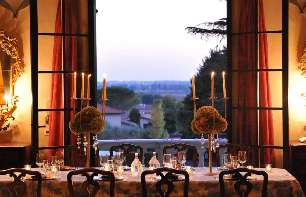 Villa Lungomonte: large dining room with views over the village of Asciano Pisano