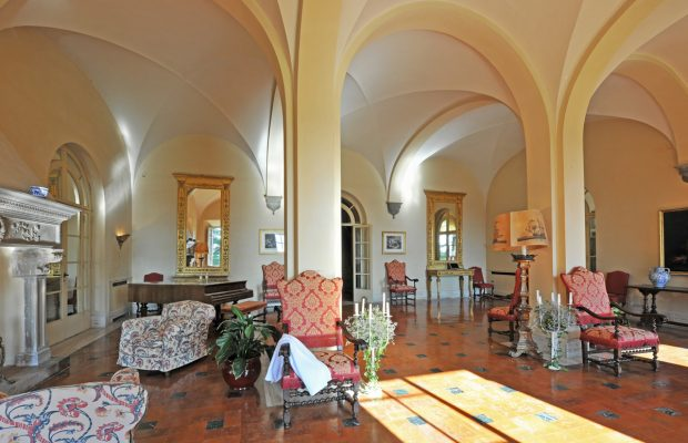Villa Lungomonte: grand entrance hall with superb vaulted ceilings