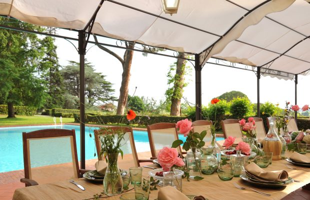 Villa Lungomonte: wonderful dining area by the pool