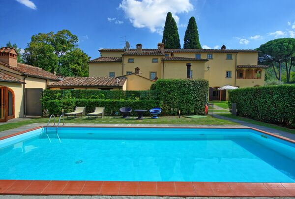 Santa Flora, sleeps up to 35, private pool, walk to town